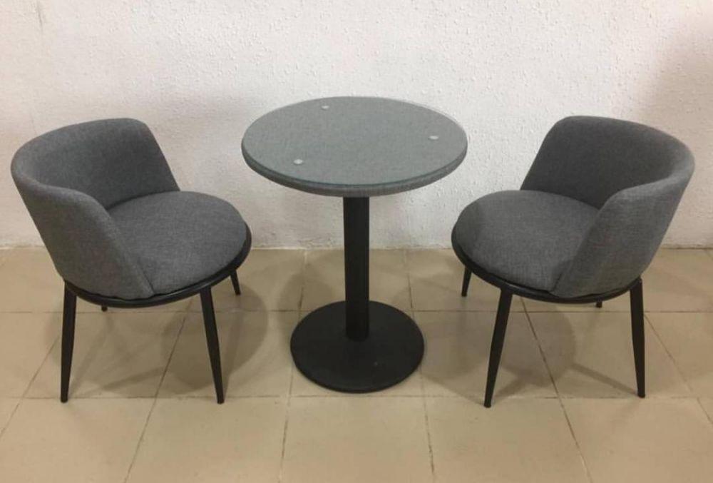 كرسيين وطاولة لون رمادي ارجل حديد اسود